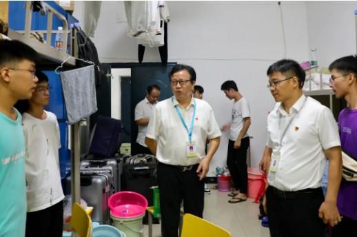 江西应用工程学院校领导走进学生宿舍,亲切问候学院新生